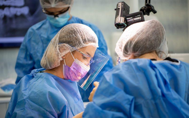 Complicatiile infectiei dentare tratate in cabinetul stomatologic de catre medic in dreapta si asistenta in stanga