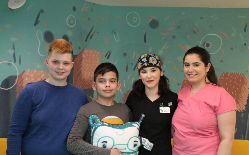 Dr. Laura Calin impreuna cu cei doi pacienti in staga si asistenta in dreapta