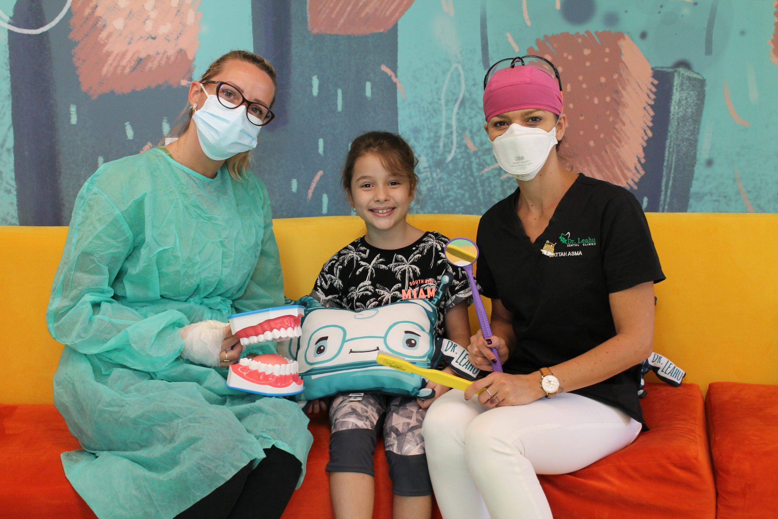 Pacient impreuna cu medic in dreapta si asistenta in stanga la Academia Spatiala Dr. Leahu