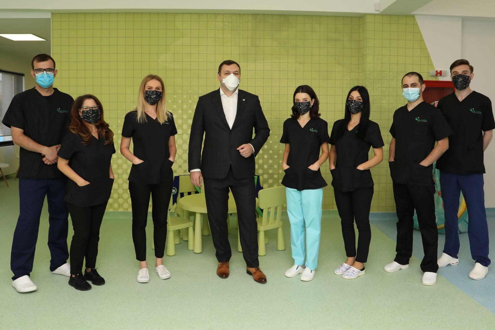 Dr. Ionut Leahu si echipa de la clinica stomatologica din Iasi, intr-o fotografie de grup, cu masti de protectie