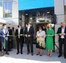 Dr. Ionut Leahu si echipa de la clinica stomatologica din Iasi, taind panglica, la inaugurare