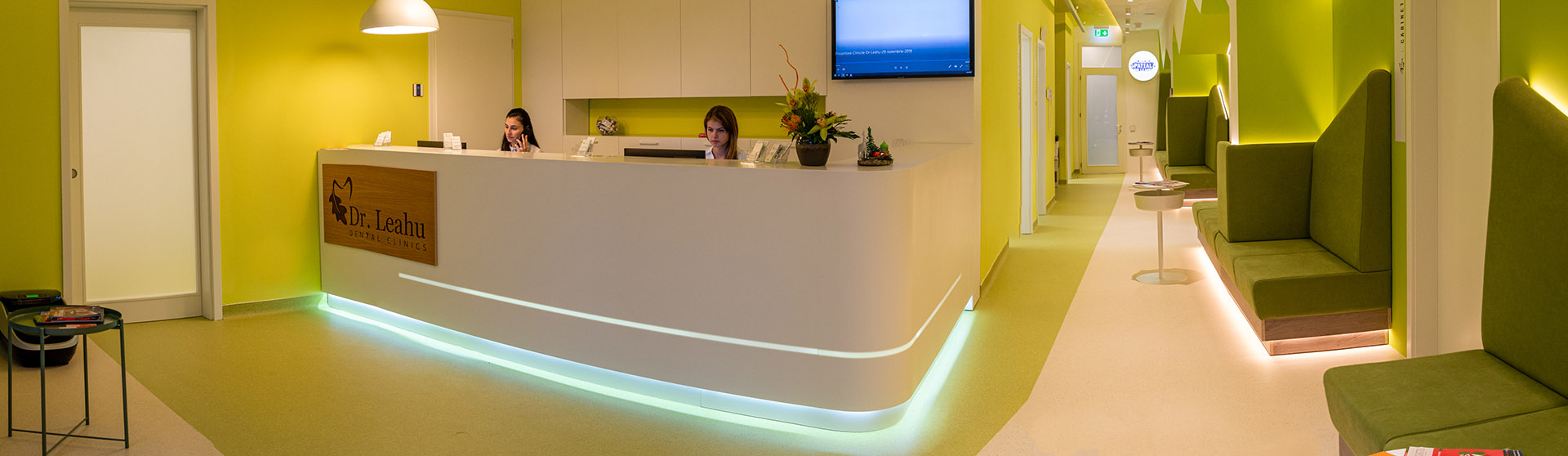 Doua tinere angajate pe postul de receptionist la Clinicile Dentare Dr. Leahu