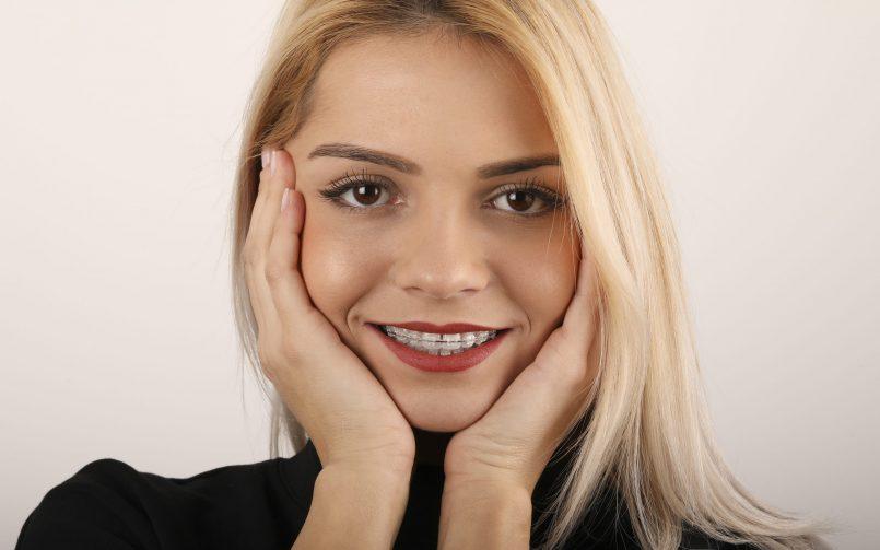 femeie care zambeste si poarta aparat dentar