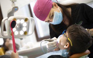Demineralizarea dinților la copii. Care sunt cauzele și cum poate fi tratată?