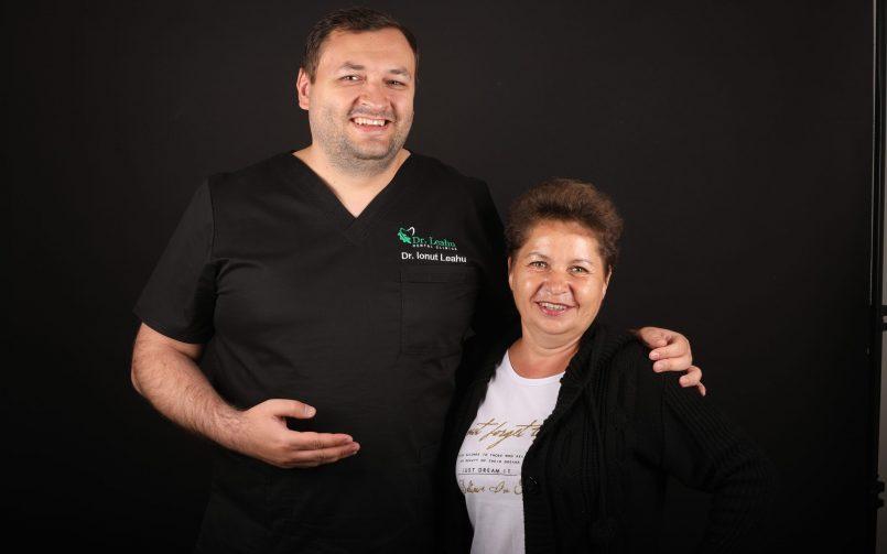 Dr. Ionut Leahu in stanga si pacienta in dreapta