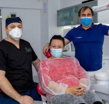 Dr. Ionut Leahu, alaturi de pacienta si un partener Corident, in cabinetul dentar din Sibiu