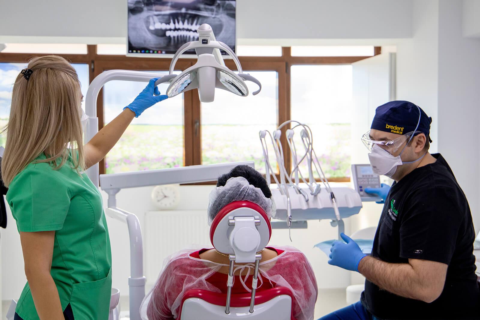 Pacienta in cabinetul stomatologic Dr. Leahu Sibiu, alaturi de medicul Ionut Leahu si asistenta