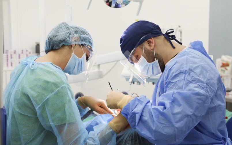 extractie masea de minte realizata de catre medic in dreapta si in stanga