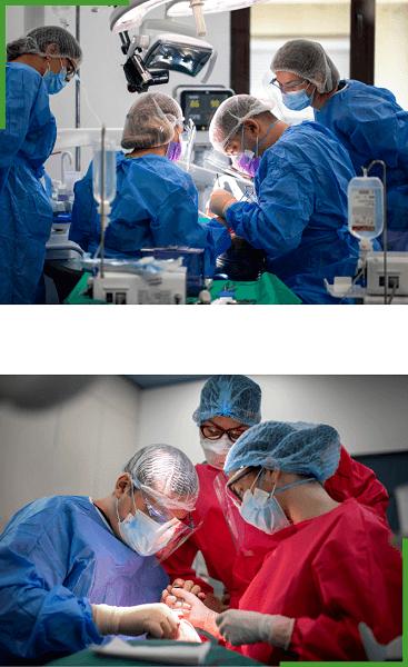 Medici si asistente in timpul interventiei de inserare a implanturilor dentare pentru dinti ficsi in 24 de ore