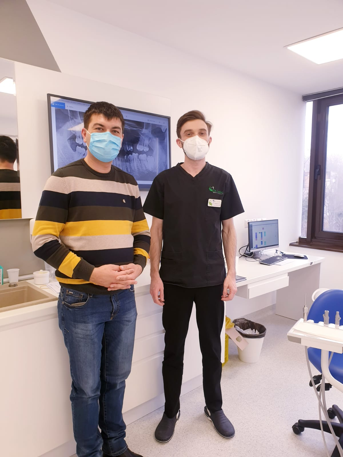 Medic clinicile Dr. Leahu Iasi in dreapta, pacient in stanga