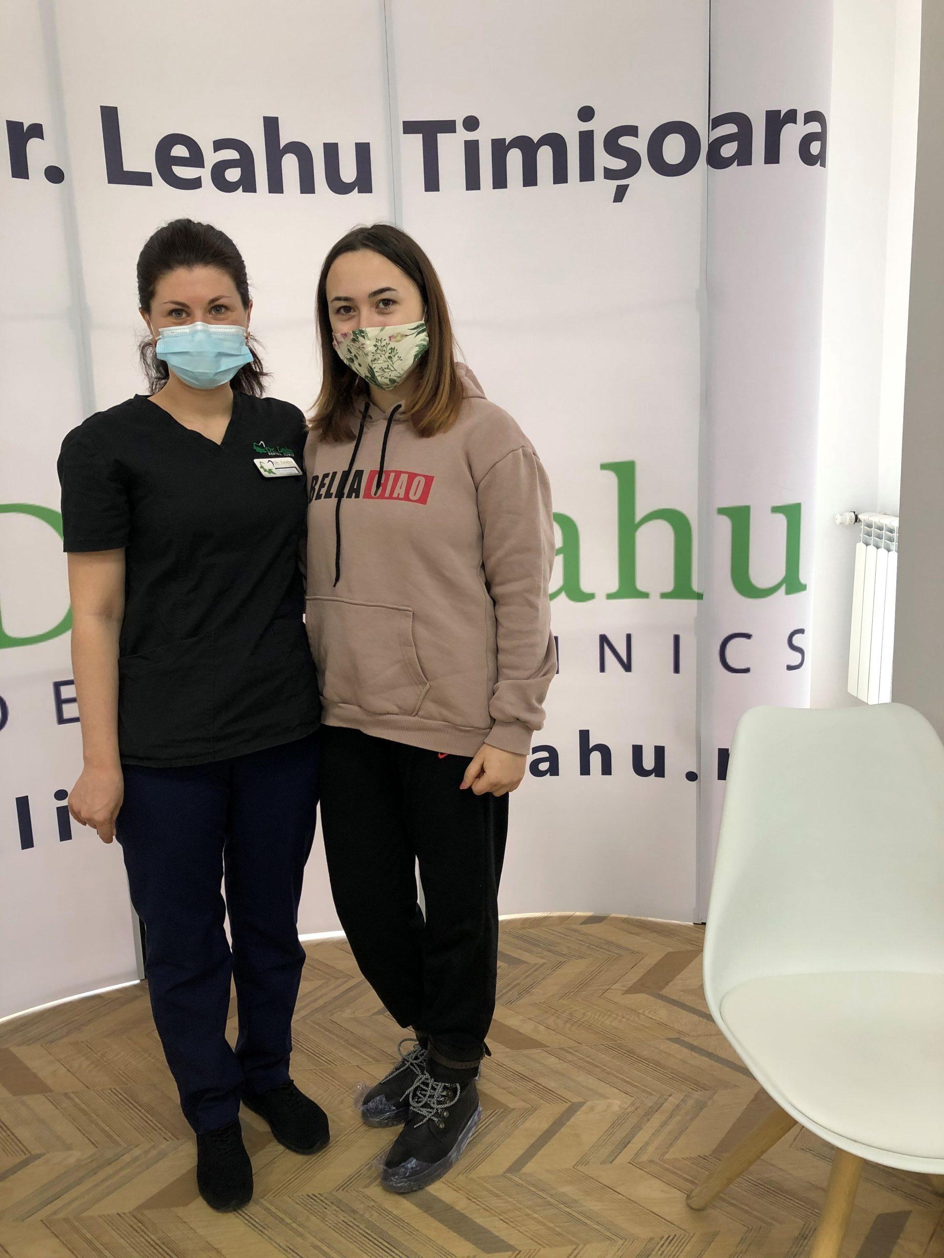 Dr. Elena Boaghe in stanga si pacienta in dreapta