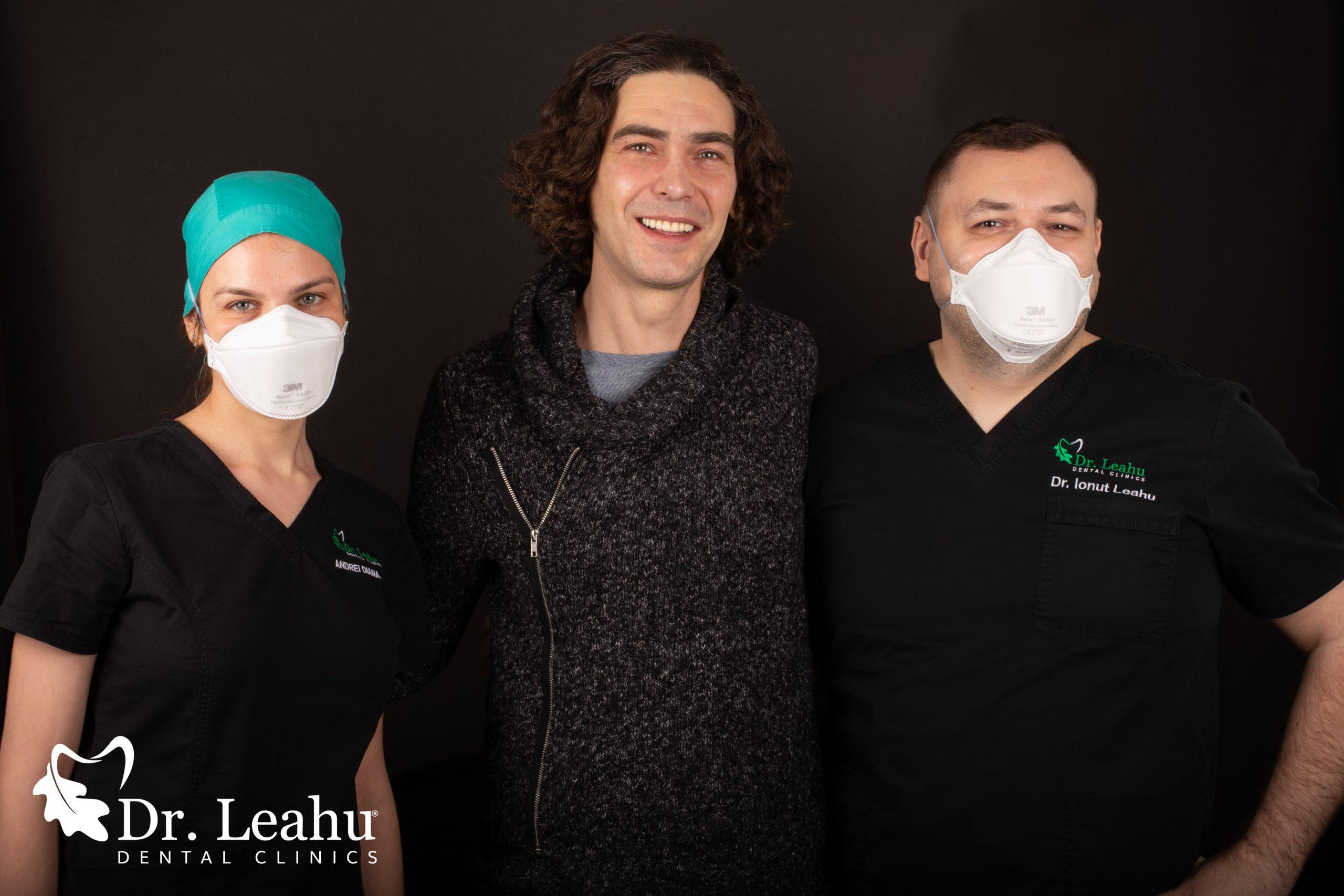 Pacient cu implanturi dentare impreuna cu echipa medicala in stanga si in dreapta