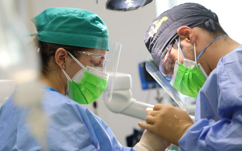 interventie chirurgicala cu inserare implant dentar in 2021