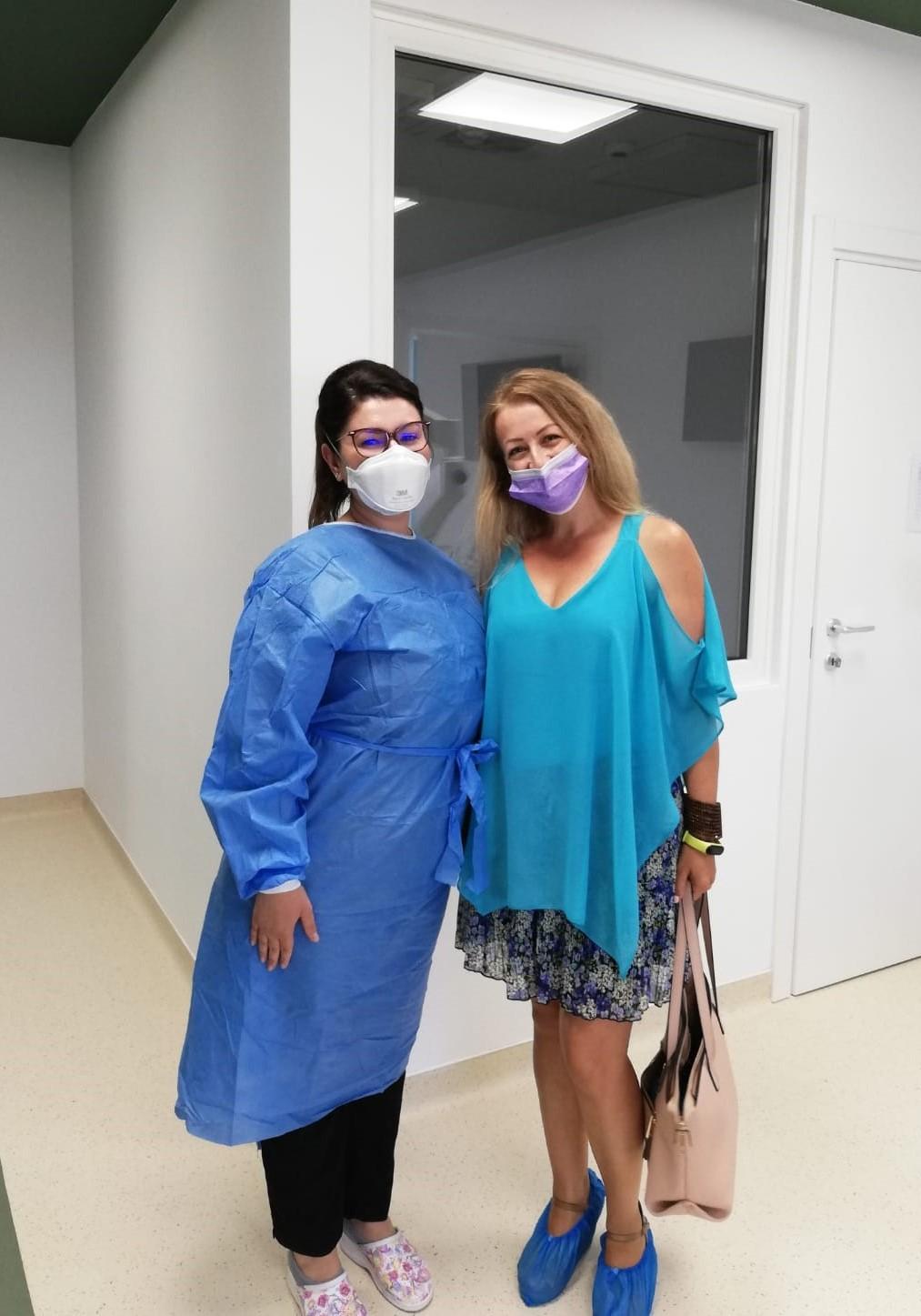medic stomatolog in stanga, pacienta in dreapta