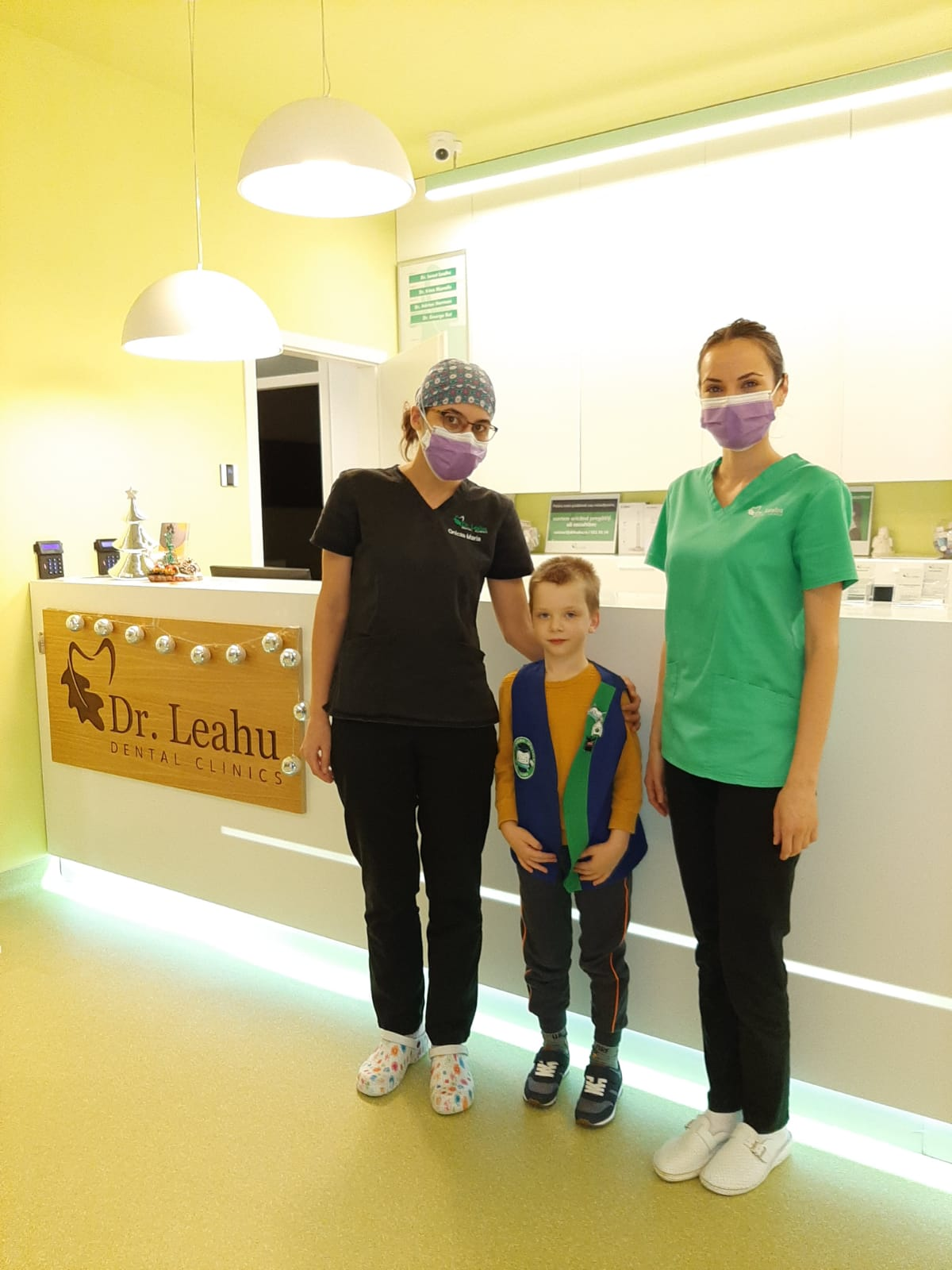 medic dentist in stanga, pacient in centru, asistent medical in dreapta