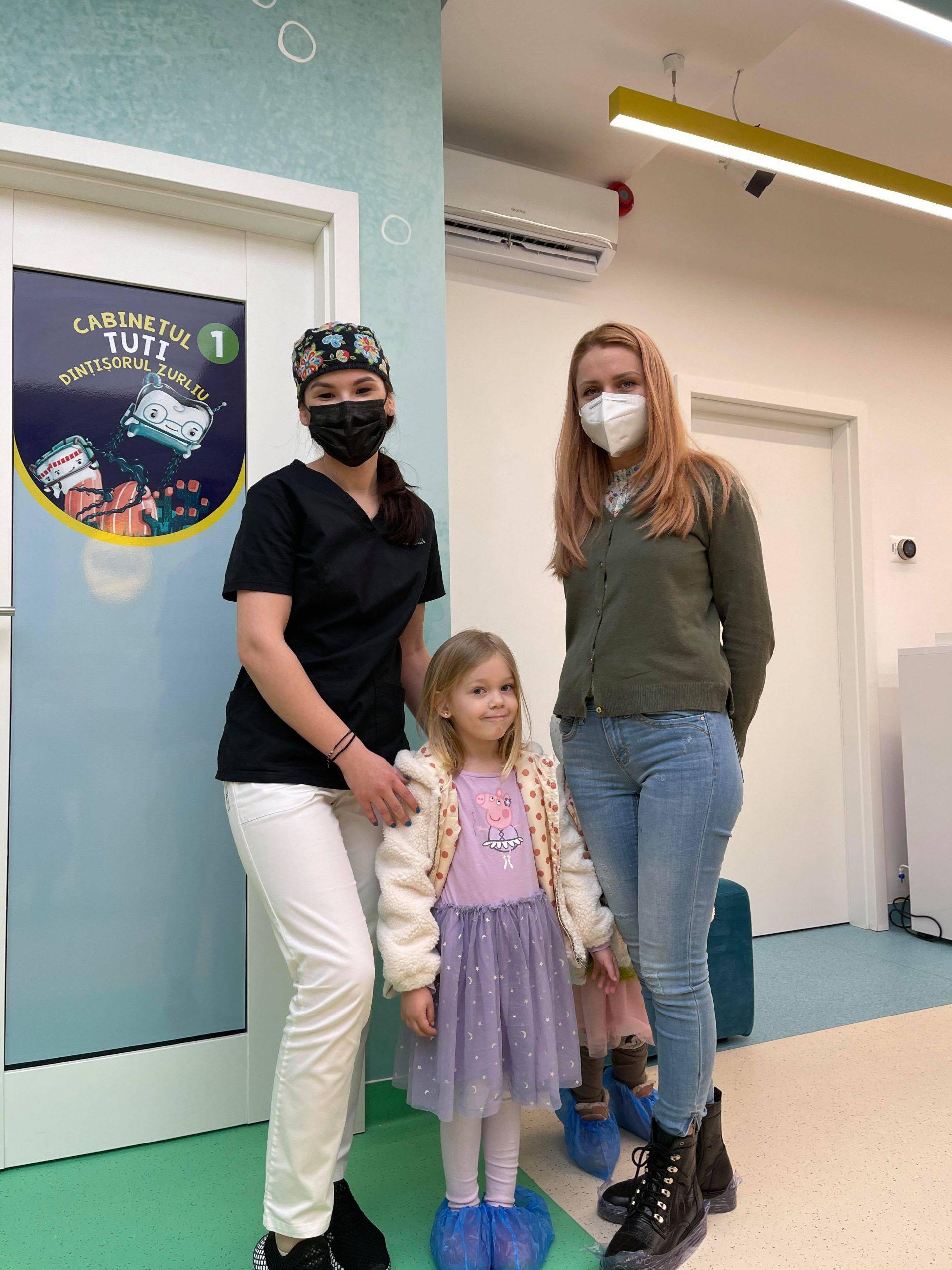 Medic pedodont in stanga, pacientii in dreapta