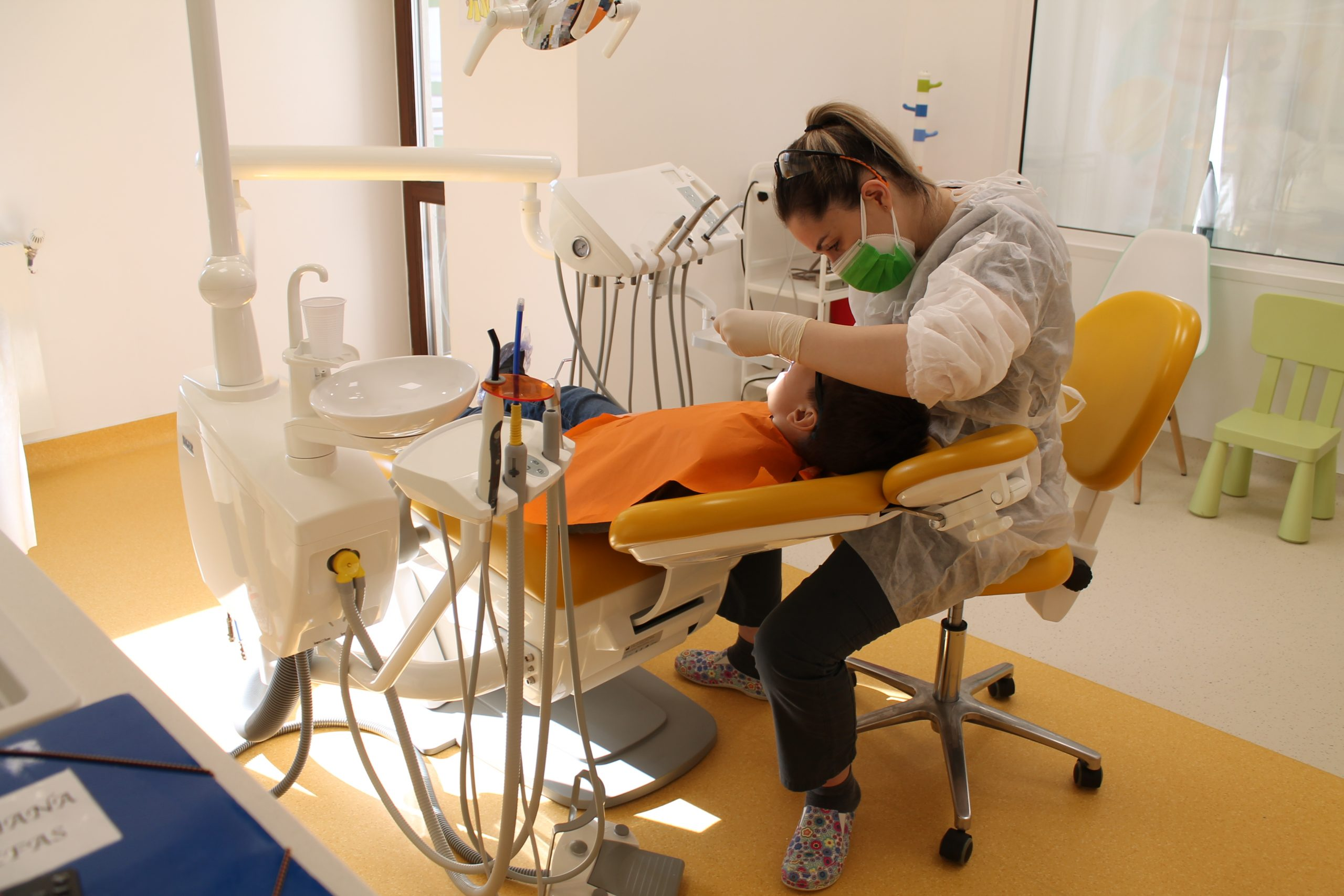 Dr. Cristiana Trefas in timpul unui consult stomatologic pentru copii