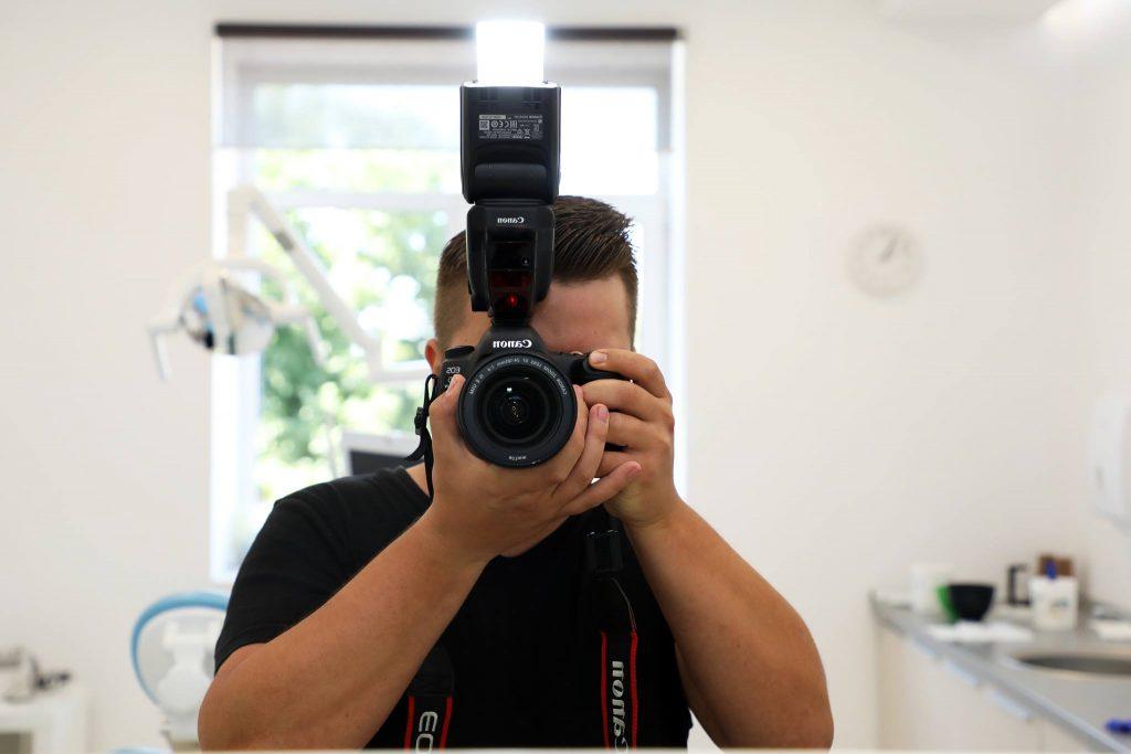 fotograf Clinicile Dentare Dr. Leahu în cabinetul stomatologic în timp ce face poze