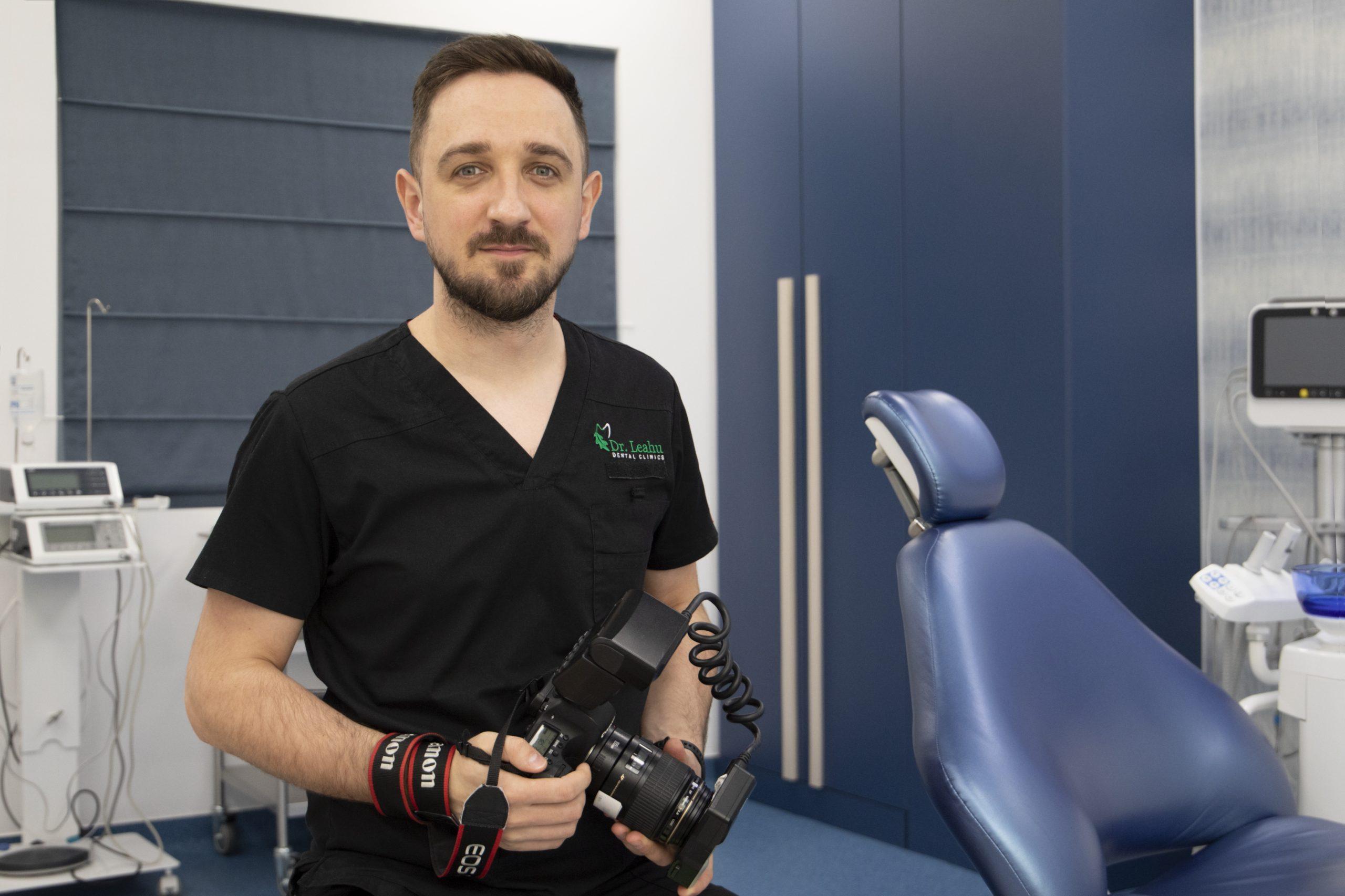 Fotograf Dr. Leahu în cabinetul de medicina dentara
