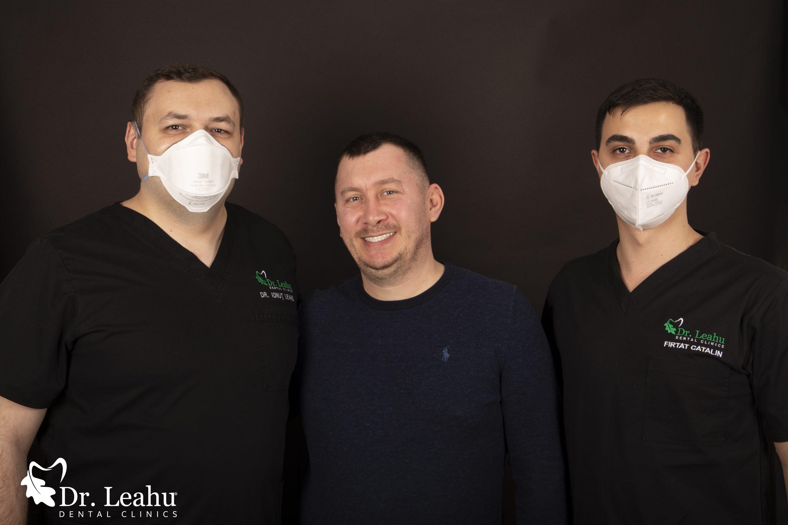 medic implantolog in stanga, pacient in mijloc