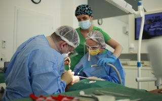Implantul dentar în 2021. Ce este, ce preț are, de câte tipuri există și care sunt etapele tratamentului?
