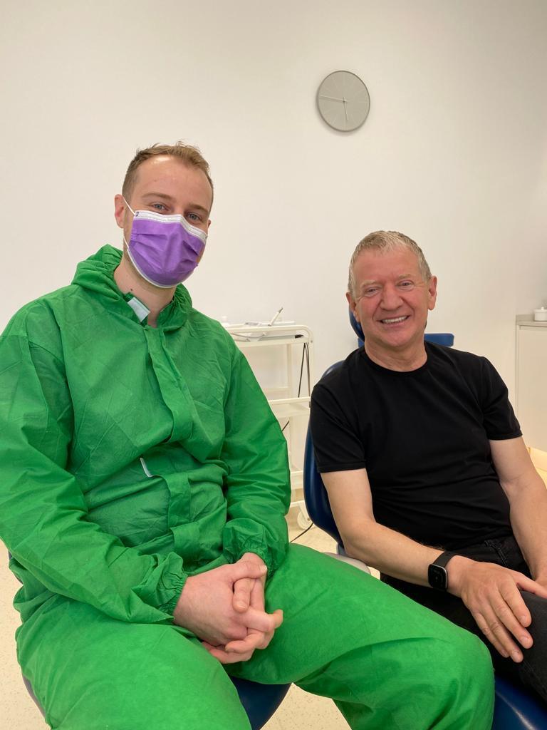medicul dentist in stanga, pacient in dreapta