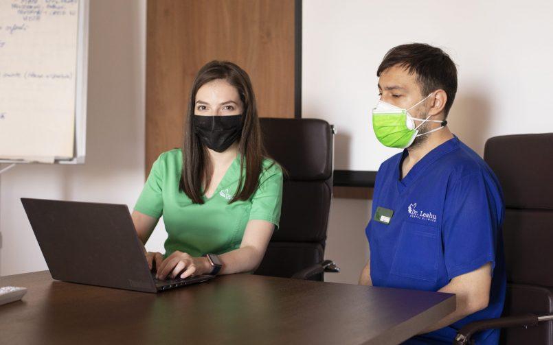 asistent coordonator in stanga, asistent medical in dreapta
