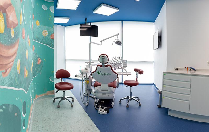 Scaun stomatologic in cabinet, la clinica dentara Dr. Leahu din Galati