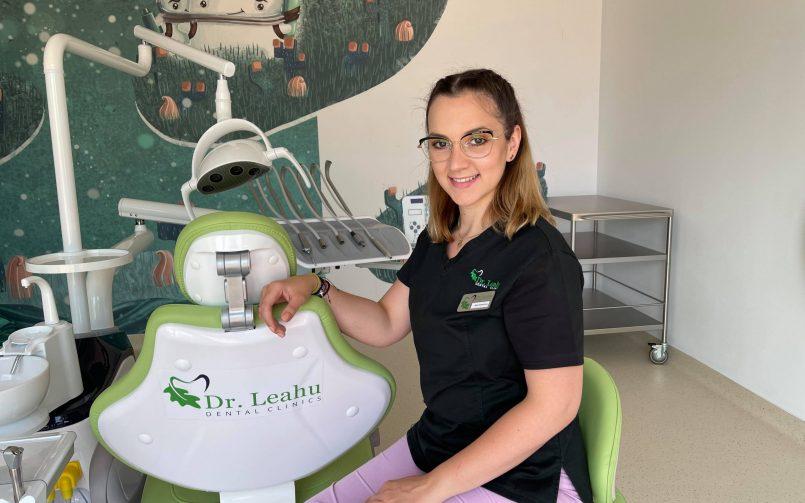 Dr. Marcela Bar Clinicile Dentare Dr. Leahu in cabinet pe scaun