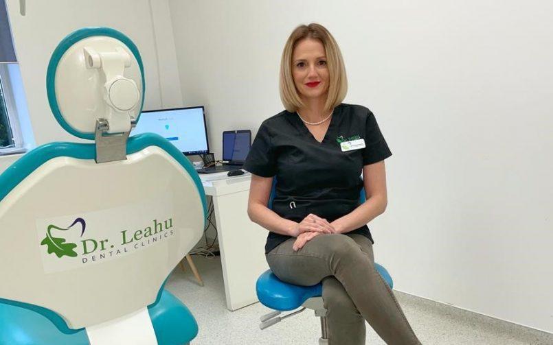 Dr. Denisa Pinzariu pe scaun in cabinetul de medicina dentara la clinica dr. leahu