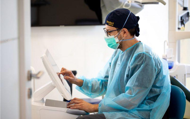 medic stomatolog realizeaza tratament pentru zambet alb