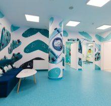 Vedere cu sala de așteptare și intrarea în 3 cabinete dedicate copiilor din Clinica dentară Dr. Leahu din Galați