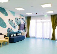 Vedere cu sala de așteptare a etajului dedicat cabinetelor stomatologice pentru copii din Clinica dentară Dr. Leahu din Galați
