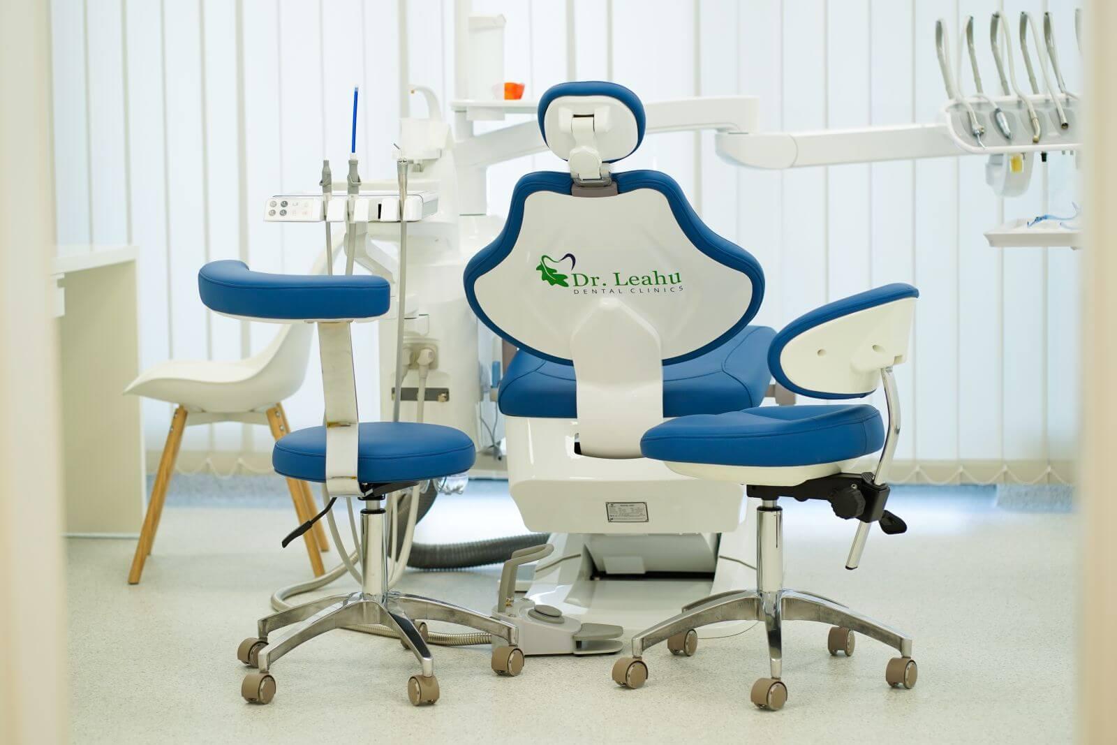 Scaun stomatologic albastru din Clinica stomatologica Dr Leahu Galați