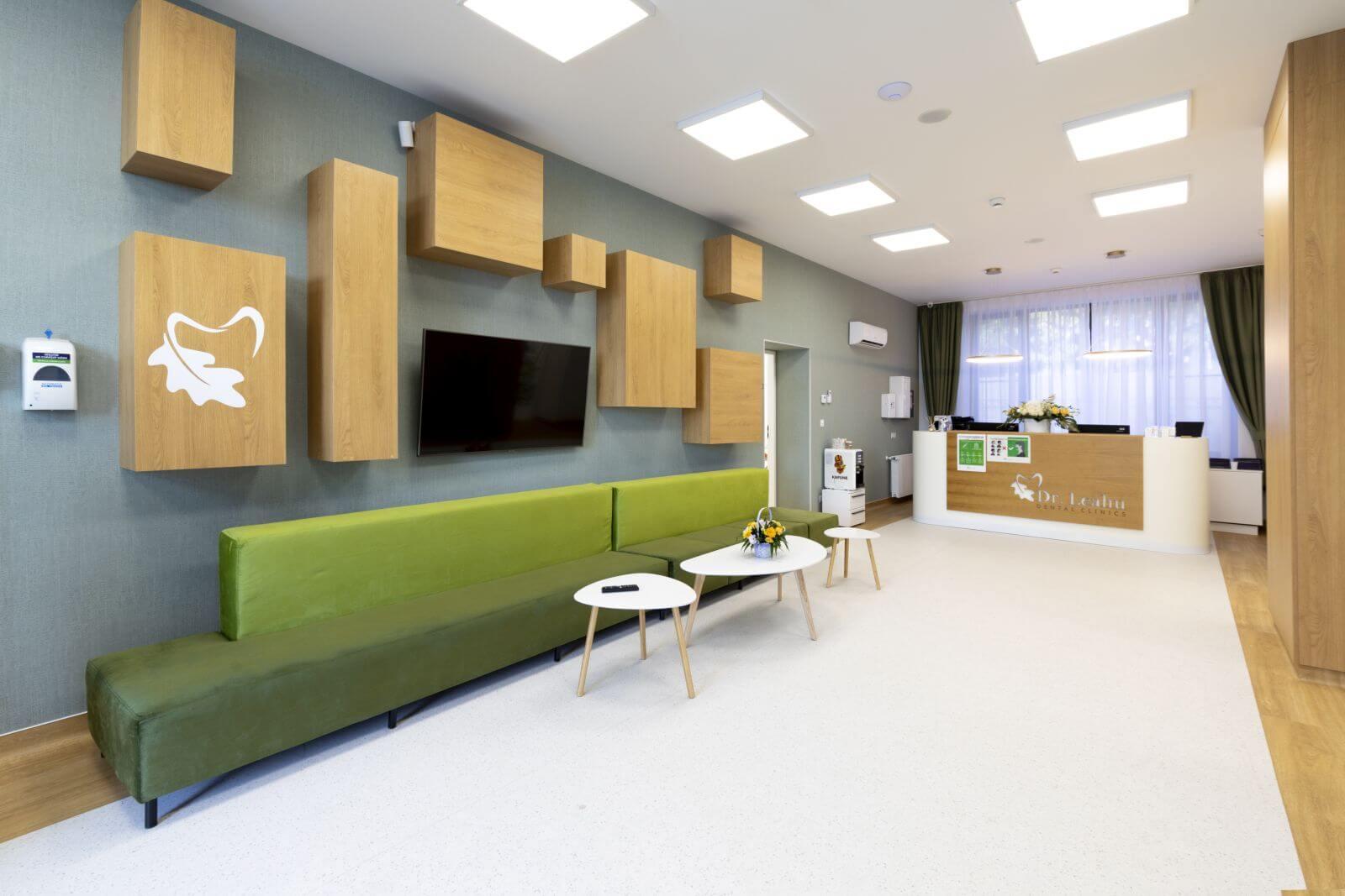 Recepția și sala de așteptare din Clinica stomatologica Dr. Leahu Galați
