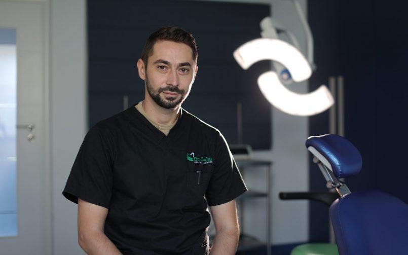 Dr. Marius Dobrincu in cabinet Clinicile Dentare Dr. Leahu