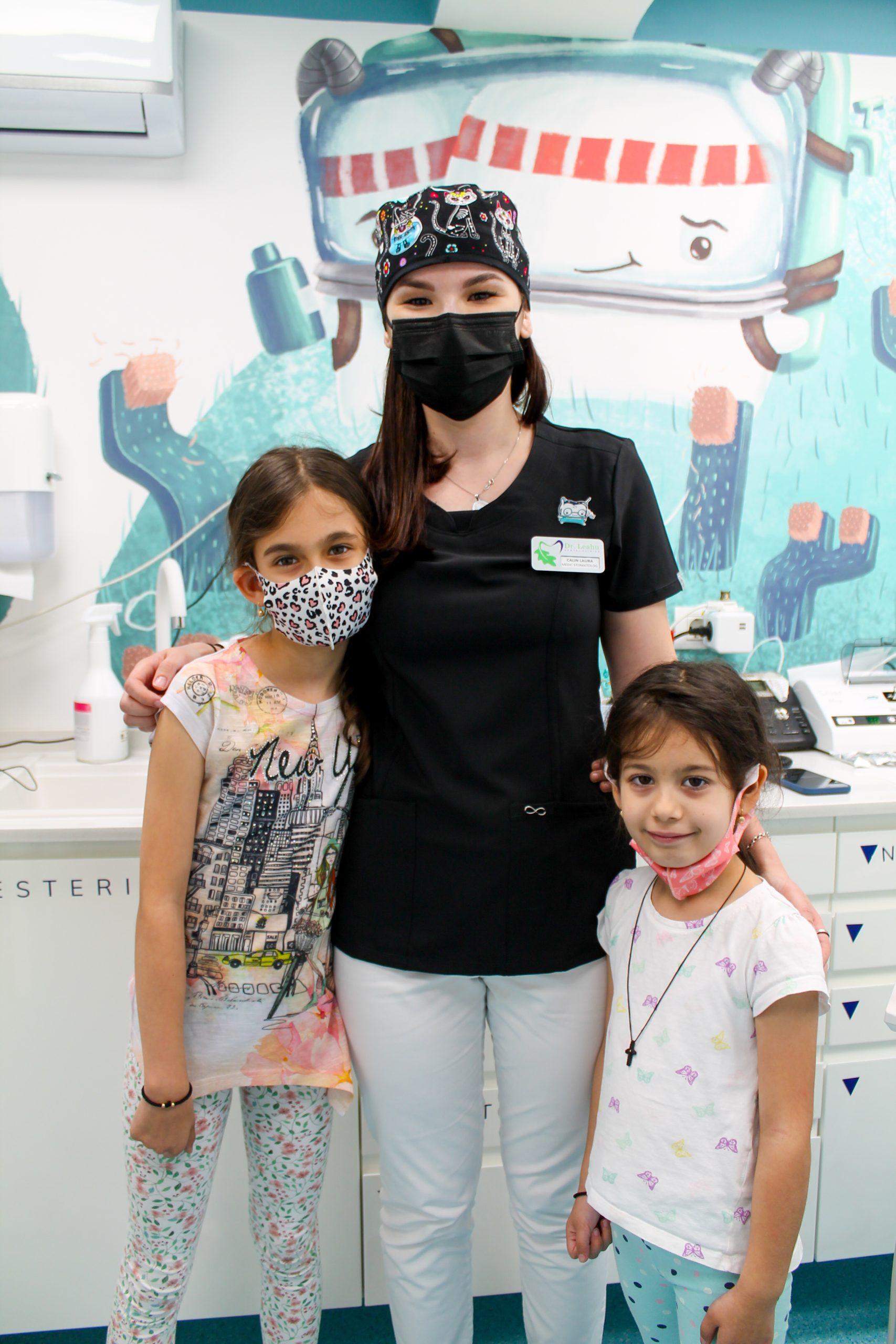 medicul stomatolog impreuna cu micutele paciente in cabinet