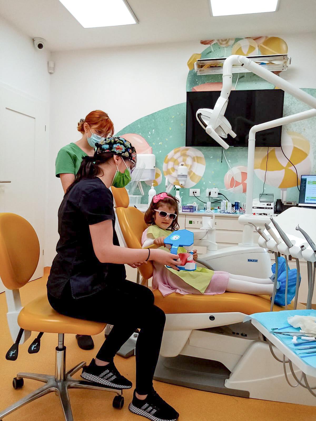 medic stomatolog in stanga, micuta pacienta pe scaunul stomatologic