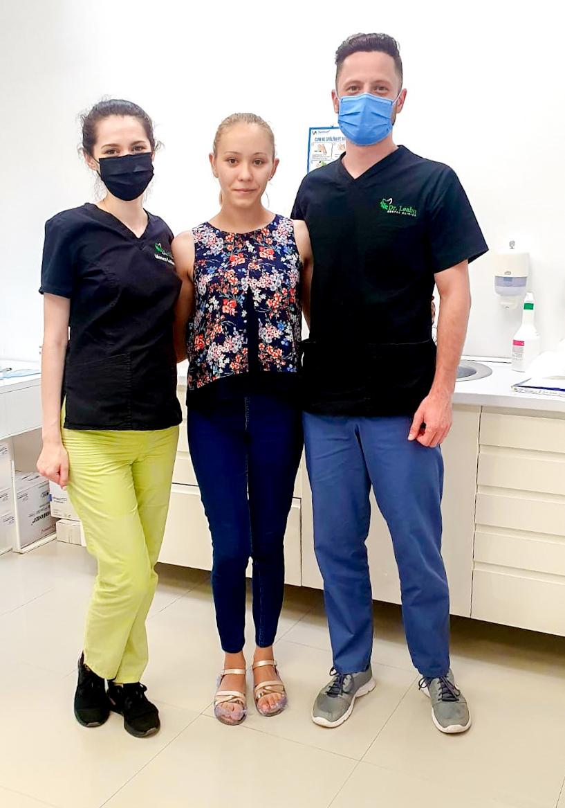 medici stomatologi in cabinet cu pacienta