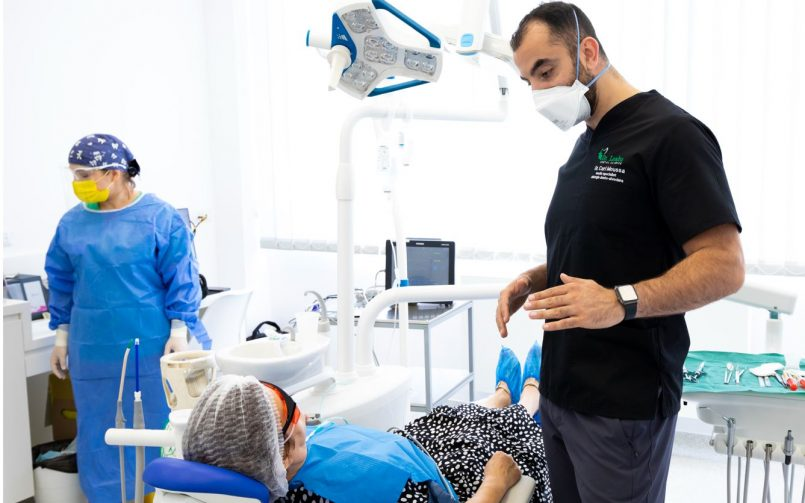 medic stomatolog in dreapta dupa realizare tratament cu proteze dentare mobile moderne