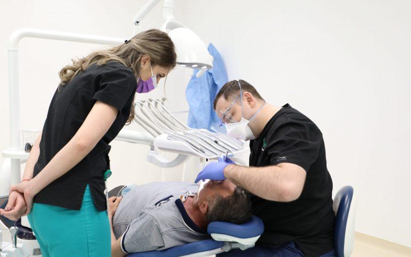 consult stomatologic in cabinet pentru diagnostic de limba crapata
