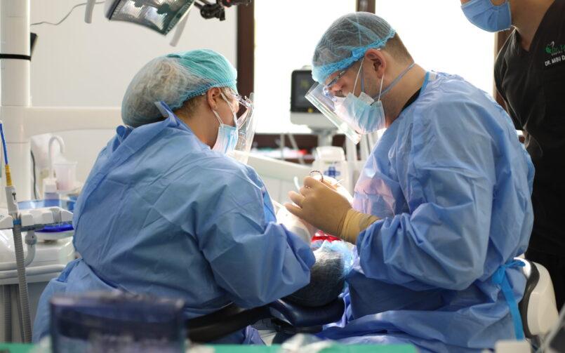echipa medicala in timpul unei interventii stomatologice