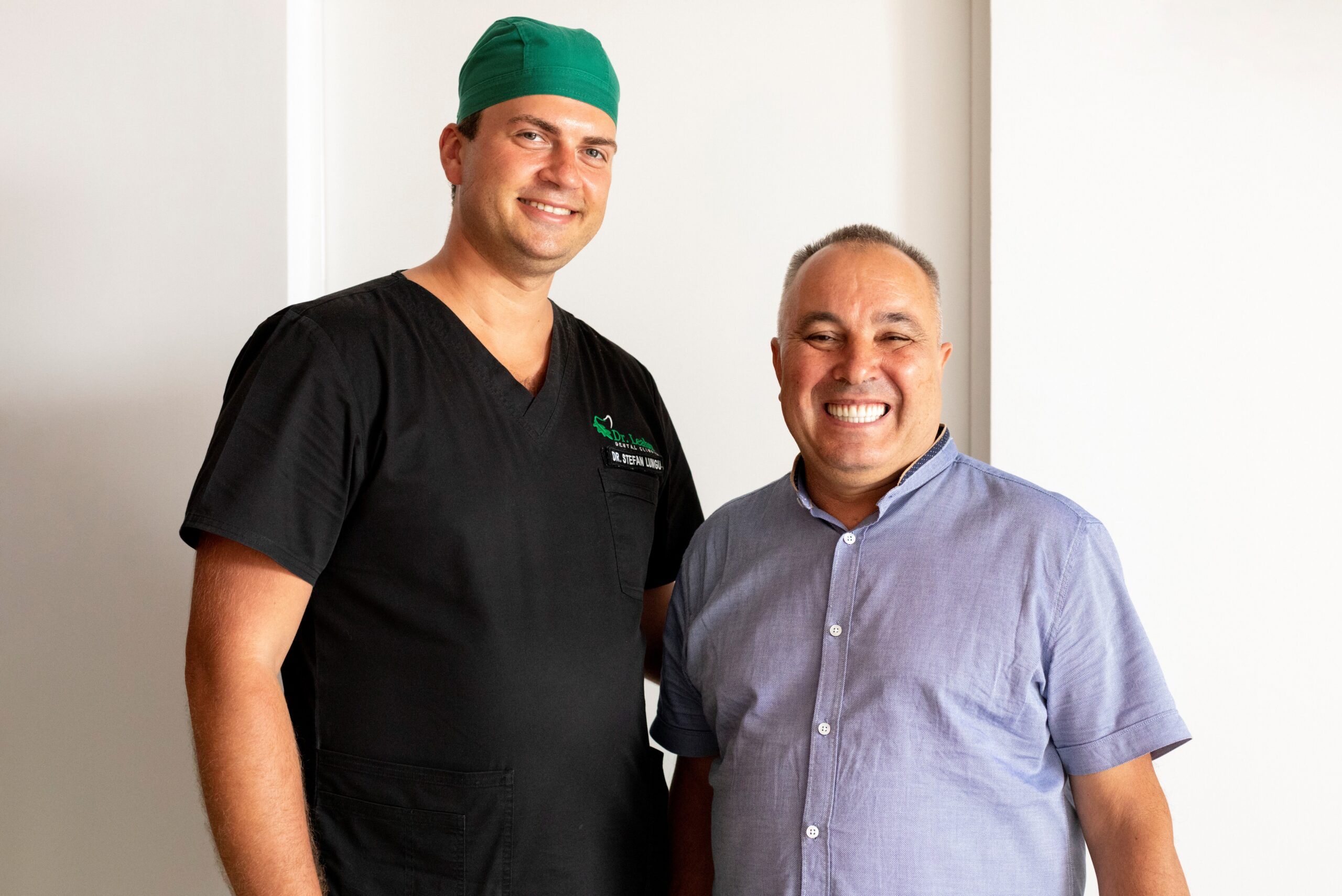 medic stomatolog in stanga, pacient in dreapta