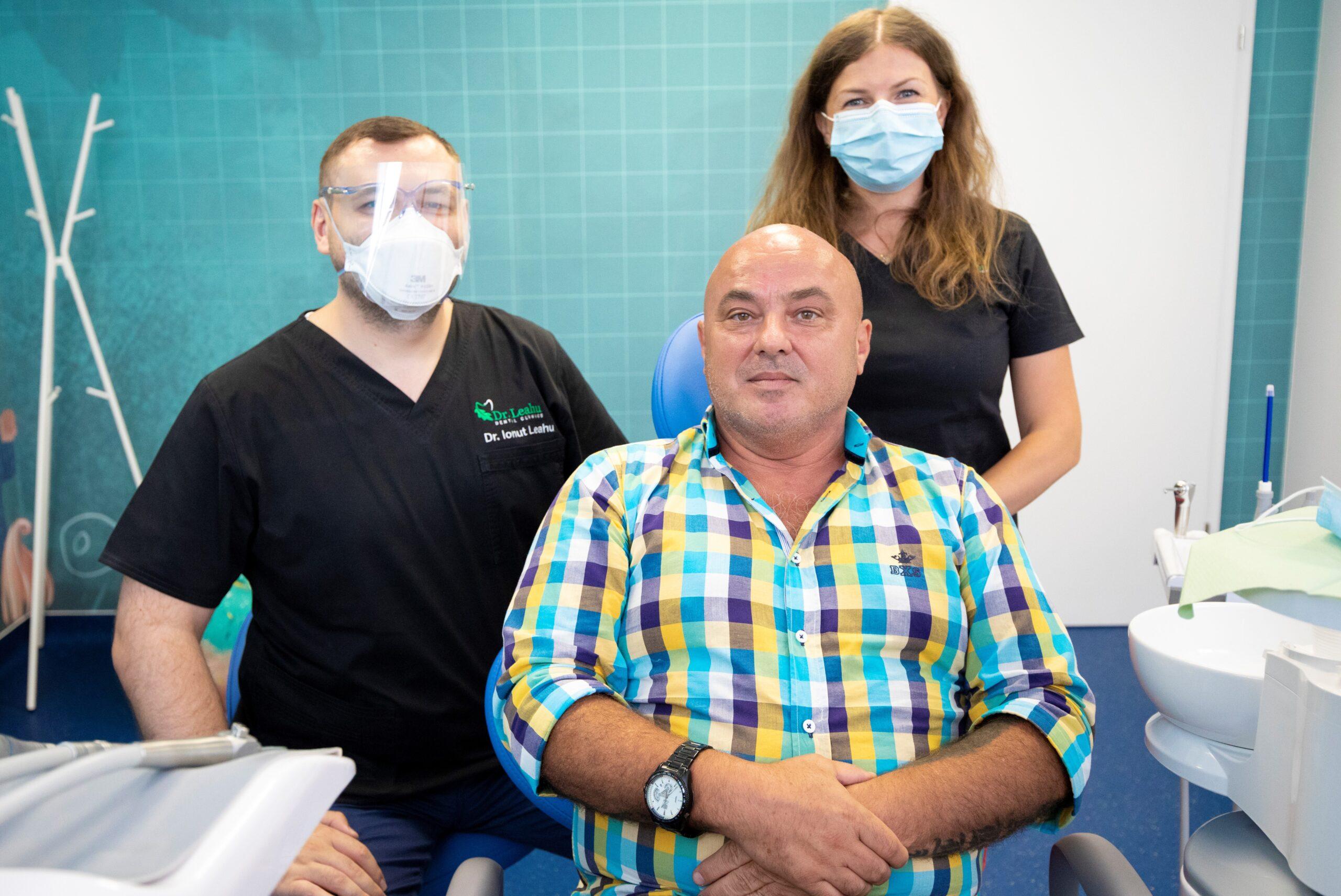 medic stomatolog in stanga, pacient in mijloc, medic stomatolog in dreapta