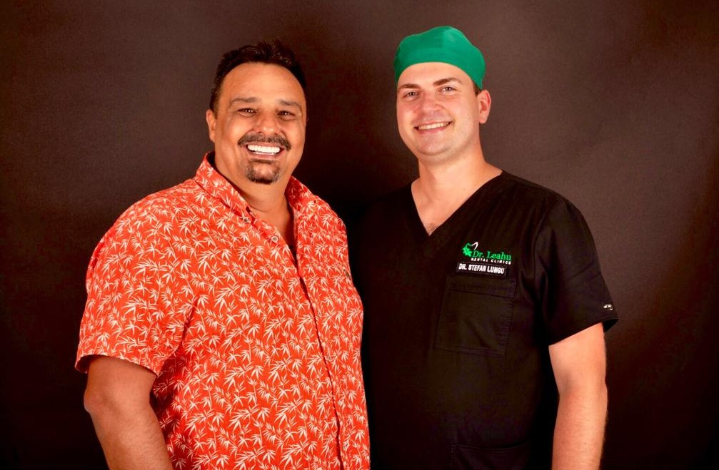 pacient in stanga, medic stomatolog in dreapta