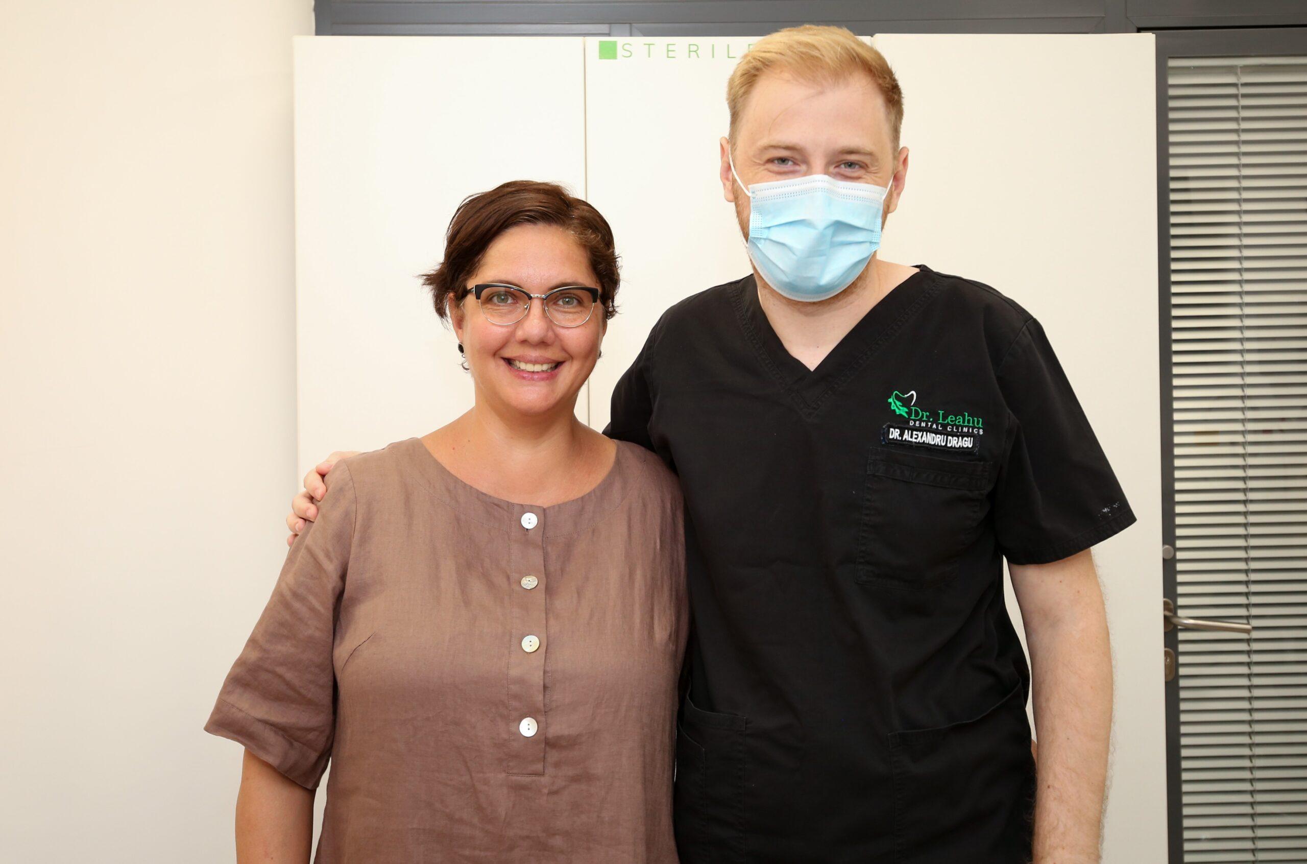 pacienta in stanga, medic stomatolog in dreapta