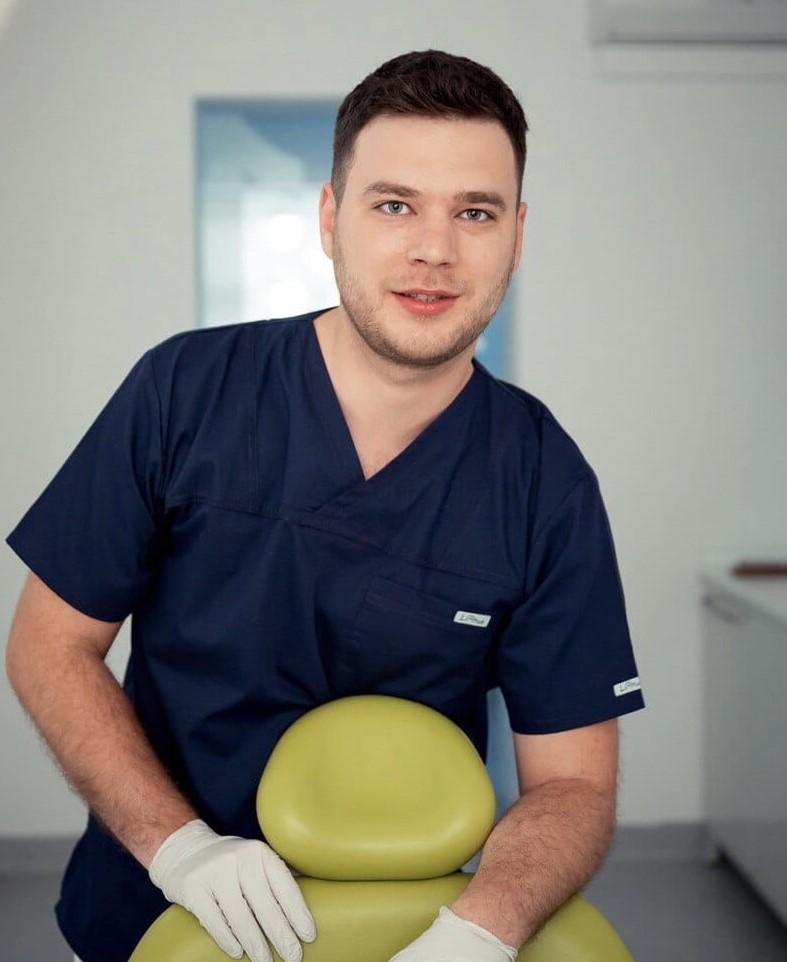 medic stomatolog in cabinet