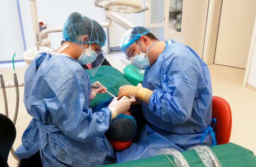 medici stomatologi realizeaza tratamente cu implanturi dentare